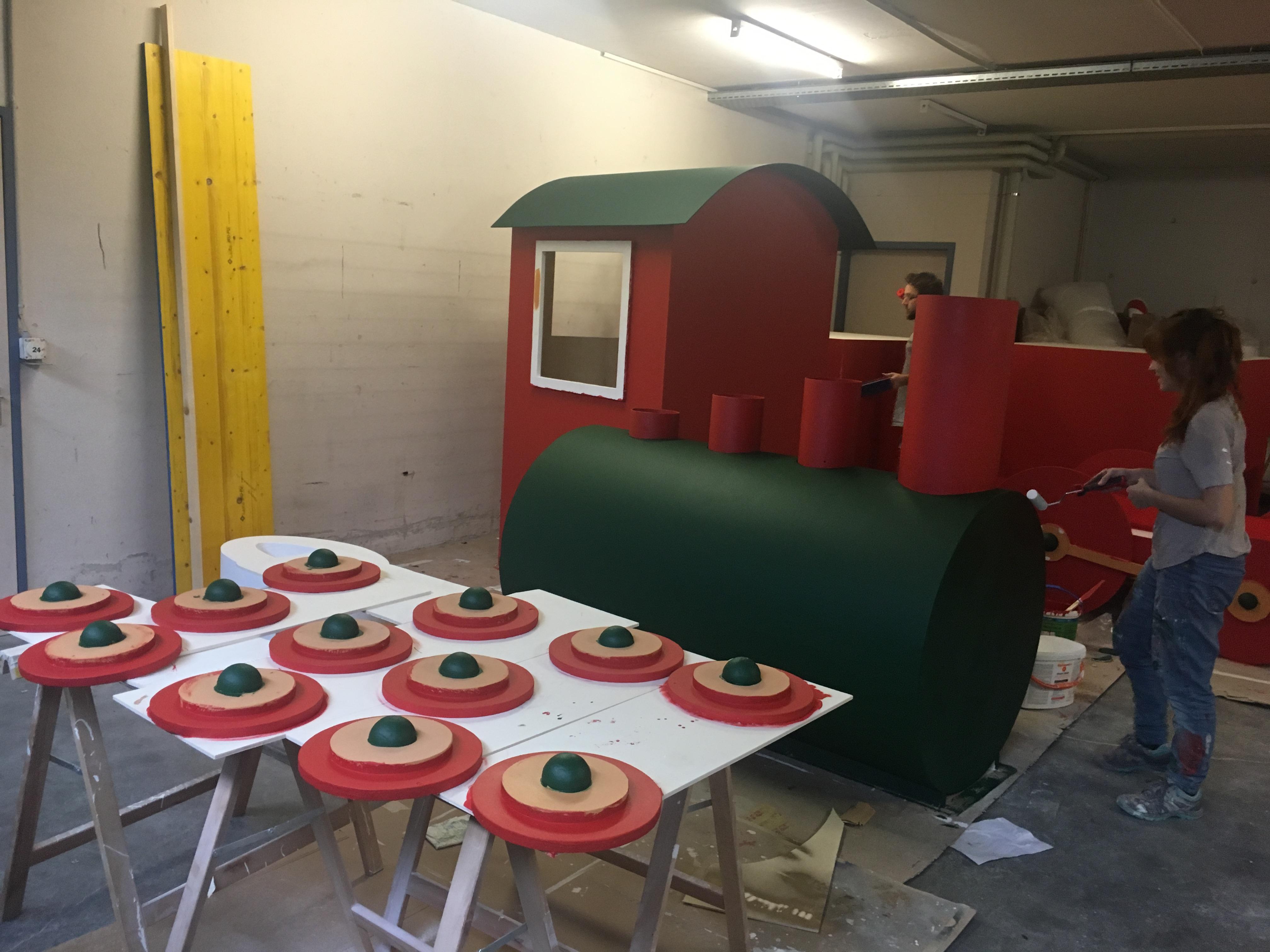 Création-réalisation-train-sur-mesure-décor-Noël-centre-commercial